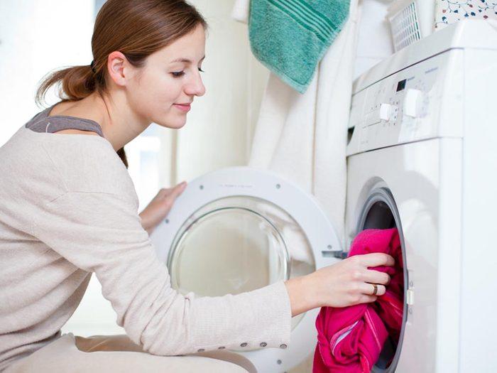 Mettez vos vêtements au sèche linge pour vous débarrasser des tiques du Québec.