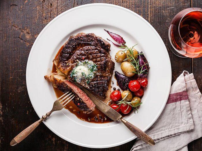 Pour avoie une santé de fer: mangez des aliments contenant naturellement du fer, comme la viande.