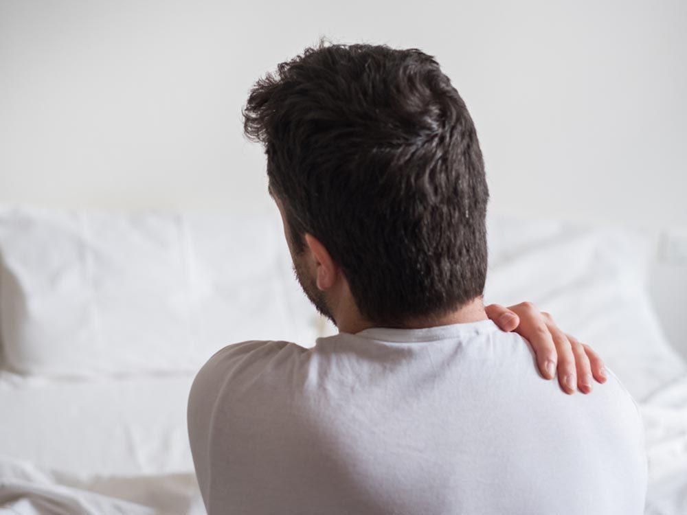 En dormant sur un vieux matelas, vous pourriez souffrir de maux de dos.