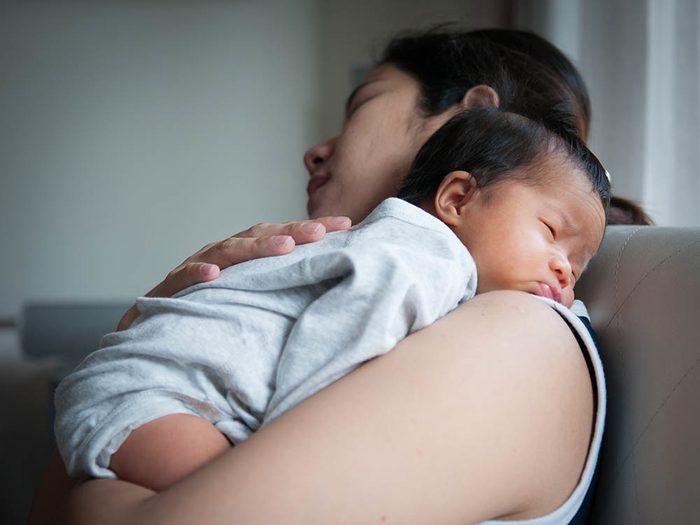 Diminuer les douleurs de l'allaitement à l'aide d'un gant d'une compresse froide.