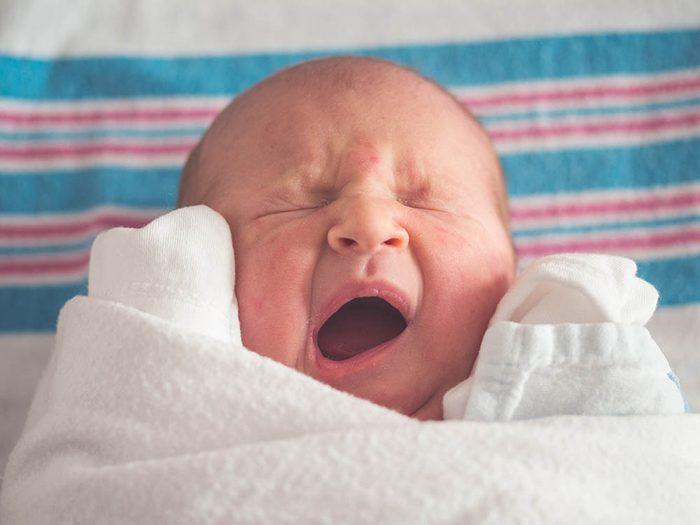 Détachez le bébé du mamelon si vous souhaitez changer de sein