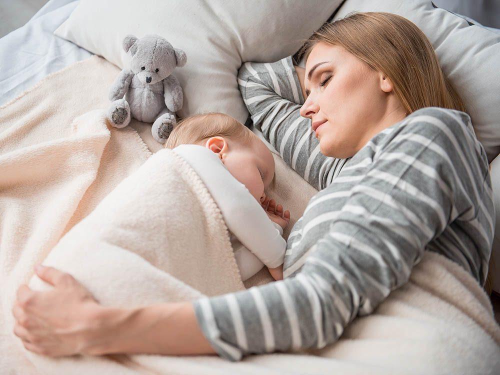 Allaitement: donnez le sein au bébé dès qu'il le réclame.