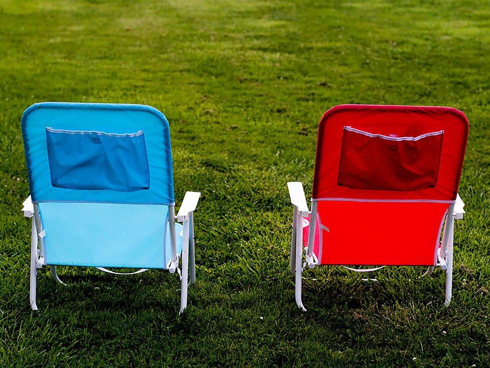 Avant cet automne, débarrassez-vous des meubles d'extérieur en mauvais états.