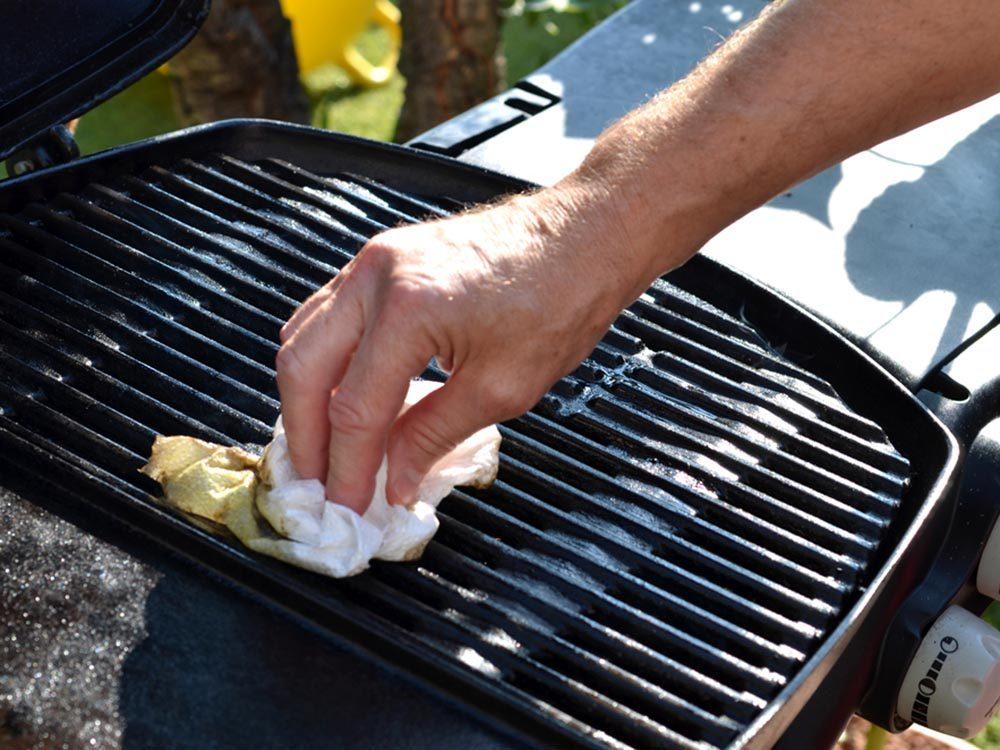 Utilisez le bicarbonate de sodium pour nettoyer la grille du barbecue.