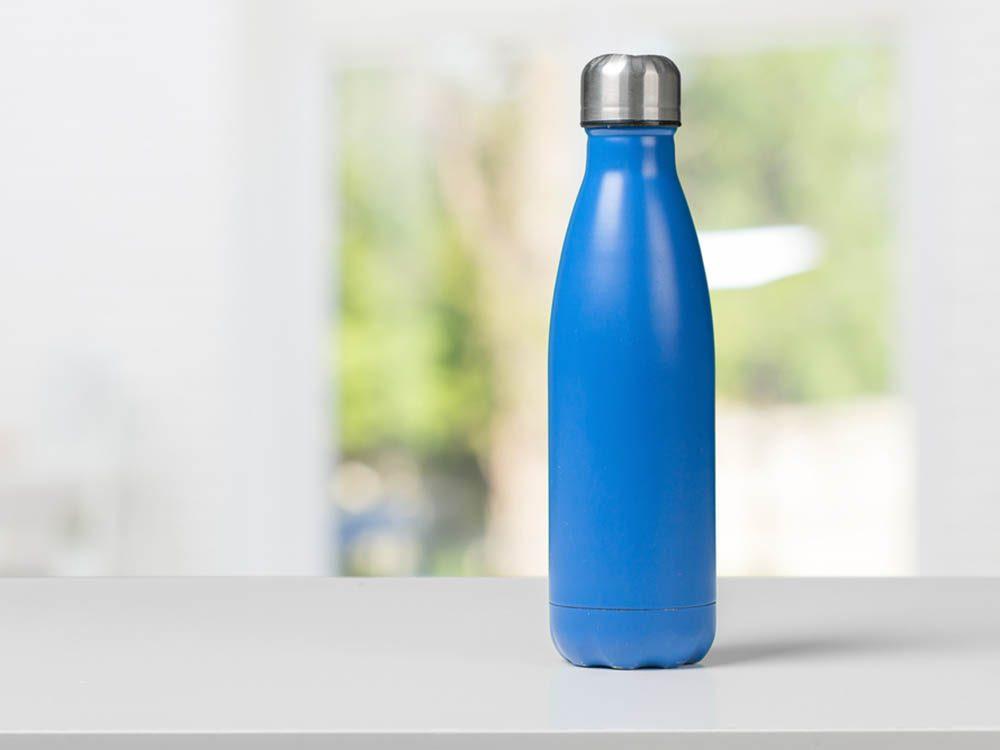 Utilisez le bicarbonate de sodium pour nettoyer une bouteille thermos.