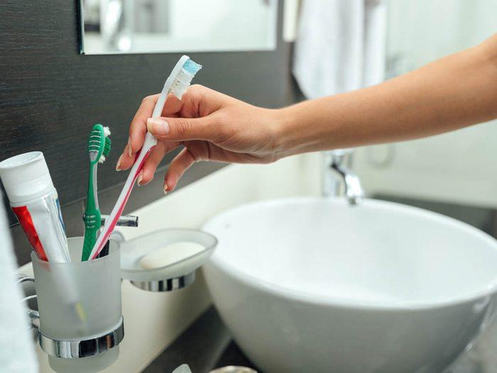 Utilisez le bicarbonate de sodium pour nettoyer la brosse à dents.