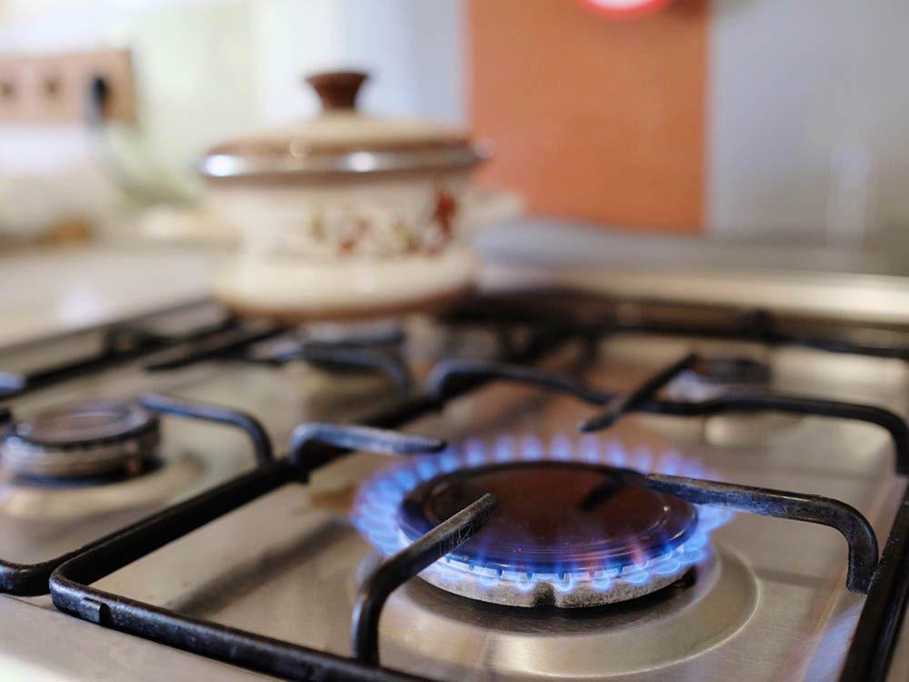 Utilisez le bicarbonate de sodium pour enlever les tâches de la cuisinière.
