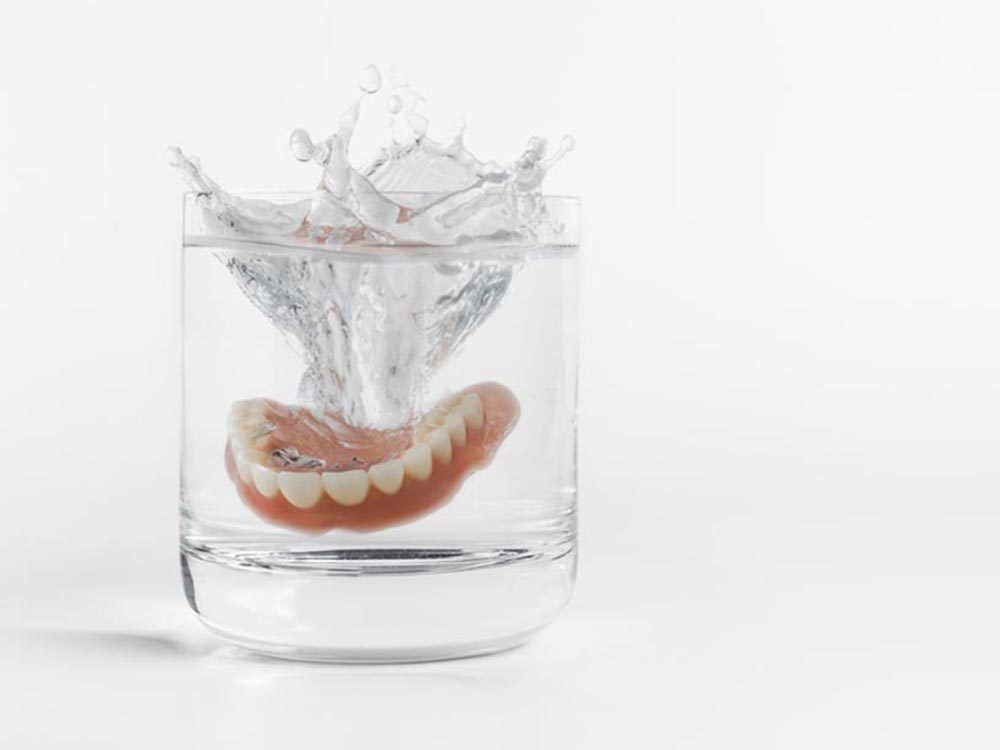 Utilisez le bicarbonate de sodium pour nettoyer les dentiers.