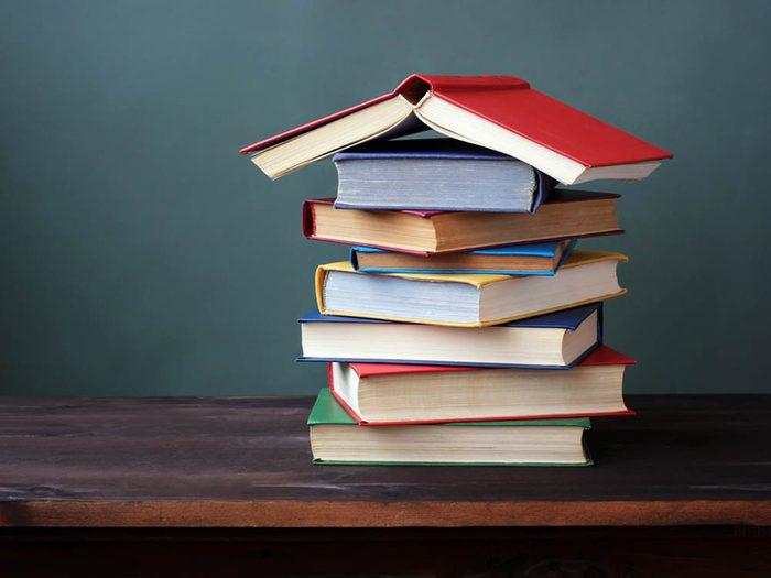 Utilisez le bicarbonate de sodium pour désodoriser les livres.