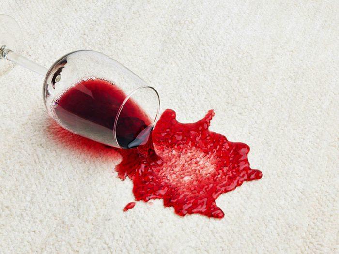Utilisez le bicarbonate de sodium pour détacher la moquette et les tapis.