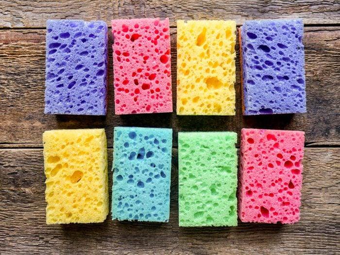 Utilisez le bicarbonate de sodium pour nettoyer une éponge.