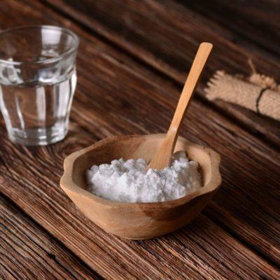 Utilisez le bicarbonate de sodium pour faire disparaitre des éraflures sur du bois.