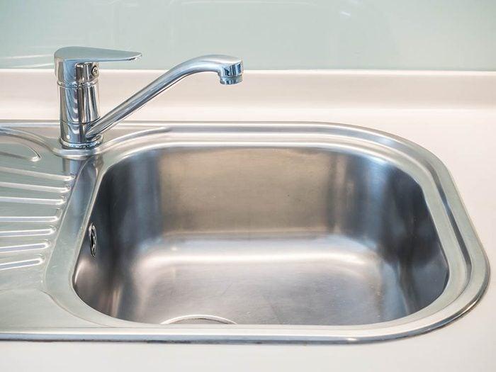 Utilisez le bicarbonate de sodium pour nettoyer l'évier.
