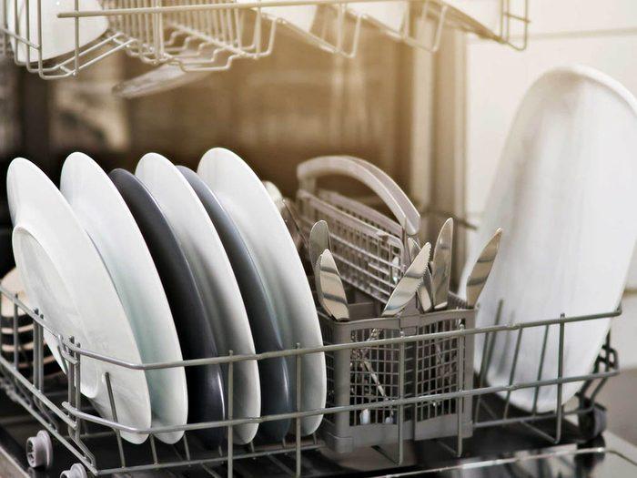 Utilisez le bicarbonate de sodium pour remplacer le détergent du lave vaisselle.