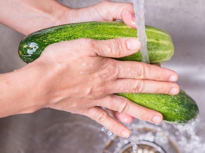Utilisez le bicarbonate de sodium pour laver les aliments.