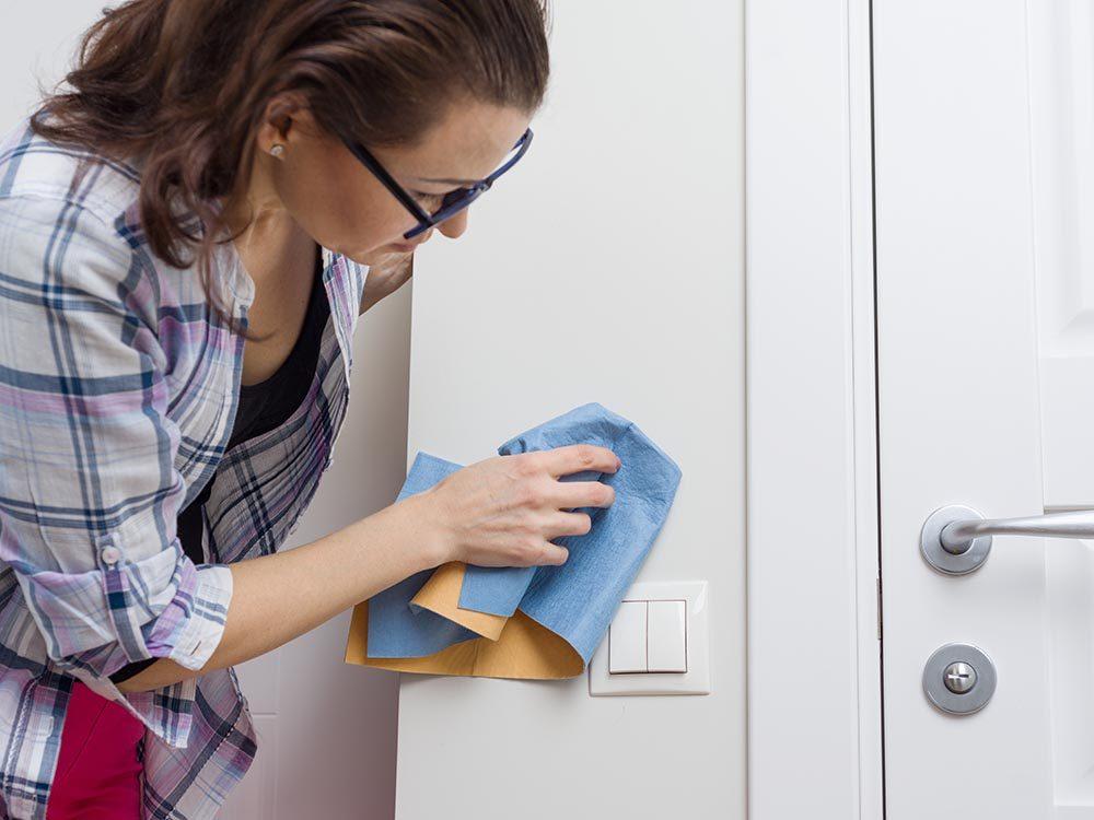 Utilisez le bicarbonate de sodium pour effacer les traces de crayon des murs.