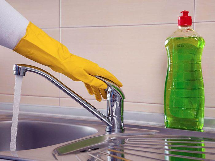 Utilisez le bicarbonate de sodium pour décupler l'efficacité du liquide vaisselle.
