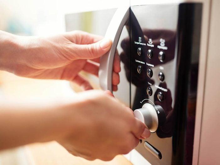 Utilisez le bicarbonate de sodium pour nettoyer le micro-onde.