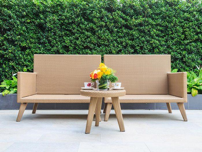 Utilisez le bicarbonate de sodium pour nettoyer le mobilier de jardin en résine.
