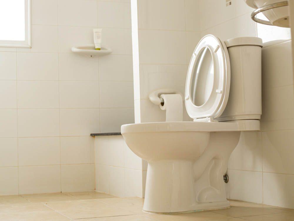 Utilisez le bicarbonate de sodium pour nettoyer la cuvette des toilettes.