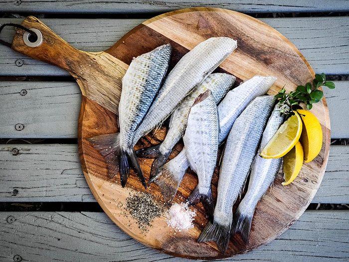 Utilisez le bicarbonate de sodium pour éliminer les odeurs de poisson.