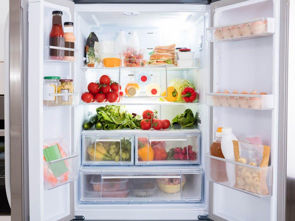 Utilisez le bicarbonate de sodium pour désodoriser le réfrigérateur.