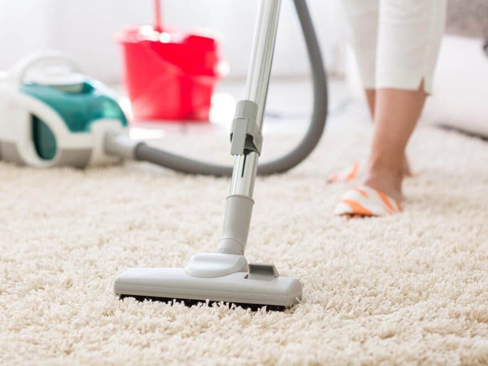 Utilisez le bicarbonate de sodium pour désodoriser la moquette et les tapis.