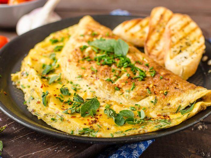 Utilisez le bicarbonate de sodium pour faire des omelettes moelleuses.