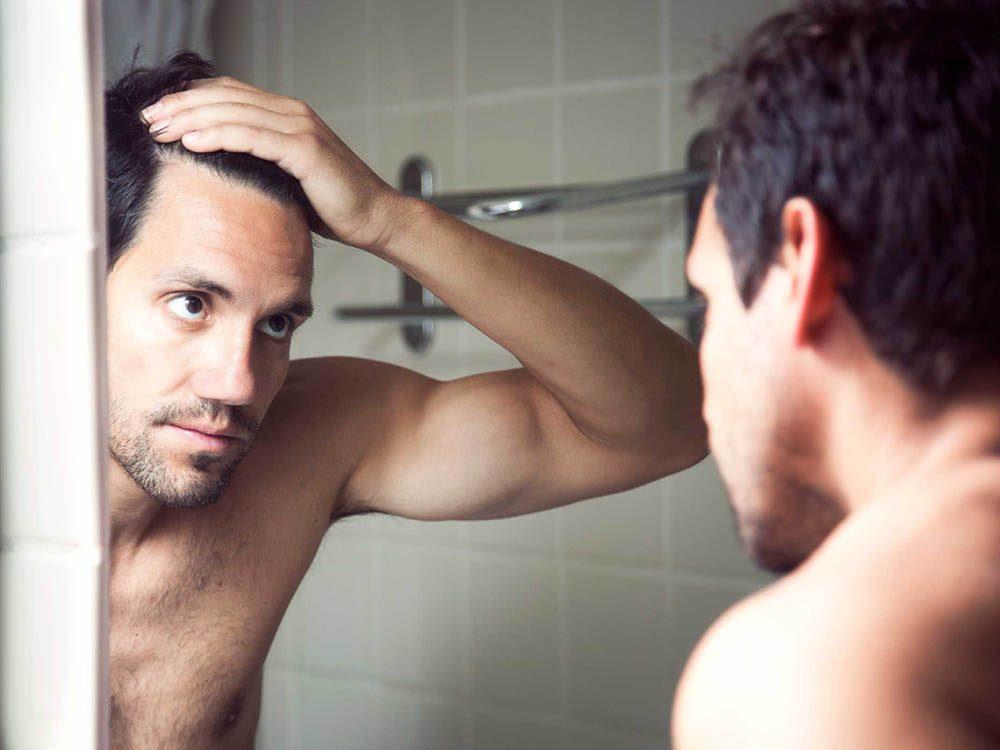 Utilisez le bicarbonate de sodium pour réduire les pellicules dans les cheveux.