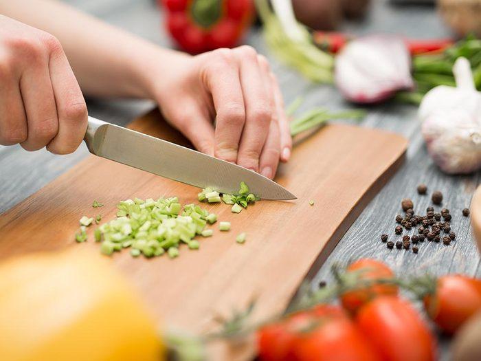 Utilisez le bicarbonate de sodium pour nettoyer une planche à découper.