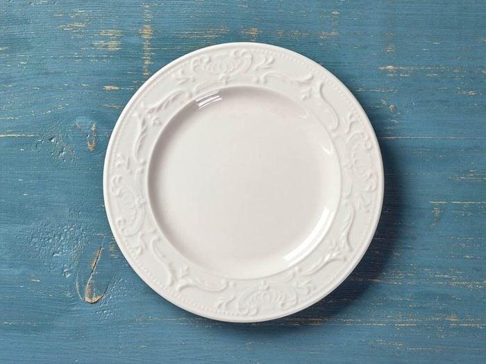 Utilisez le bicarbonate de sodium pour détacher de la porcelaine.