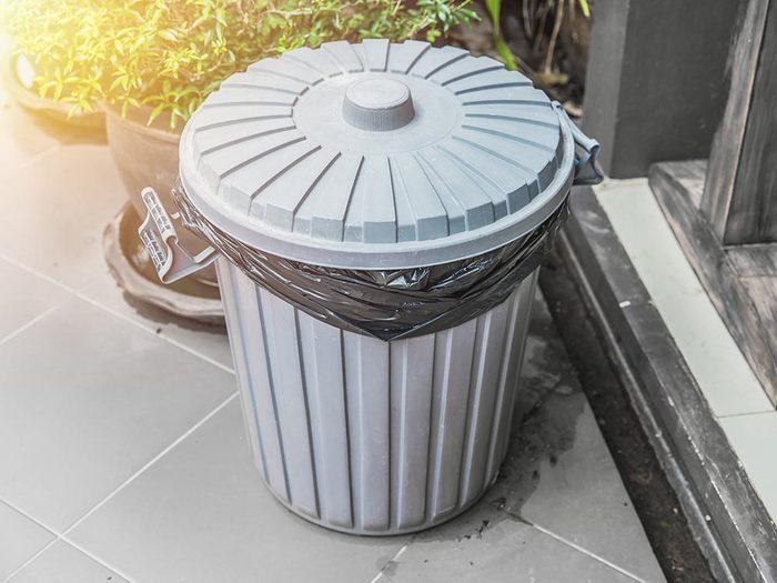 Utilisez le bicarbonate de sodium pour désodoriser une poubelle.