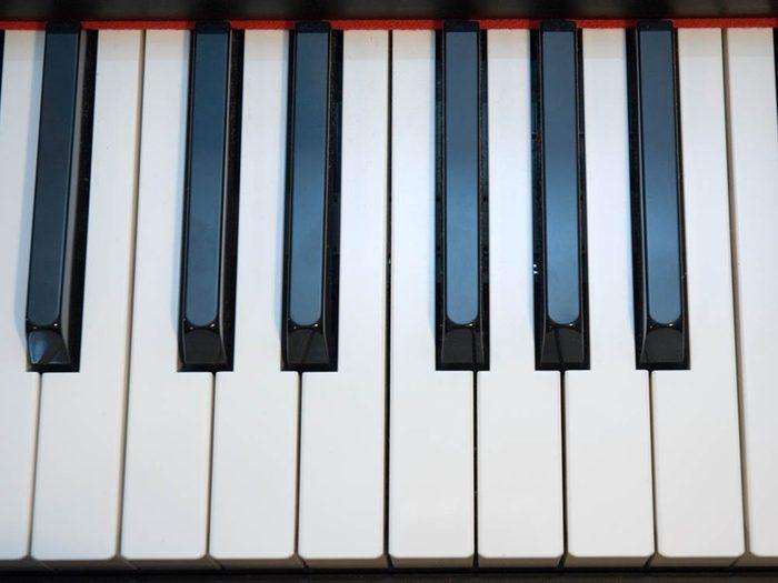 Utilisez le bicarbonate de sodium pour déjaunir les touches de piano.