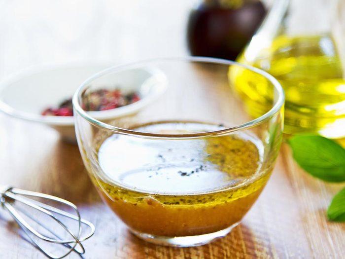 Utilisez le bicarbonate de sodium pour réduire l'acidité de la vinaigrette.