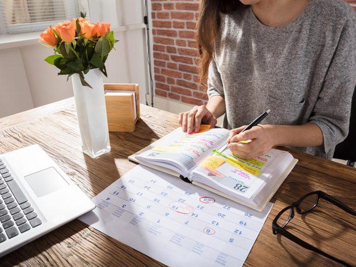 Bureau à la maison: choisissez un jour pour payer vos factures.