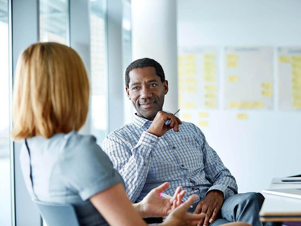 Méfiez vous d'un collègue qui veut constamment entrer dans le bonnes grâces du patron.