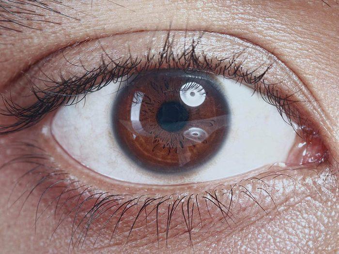 Le corps après la mort: les yeux changent de couleur.