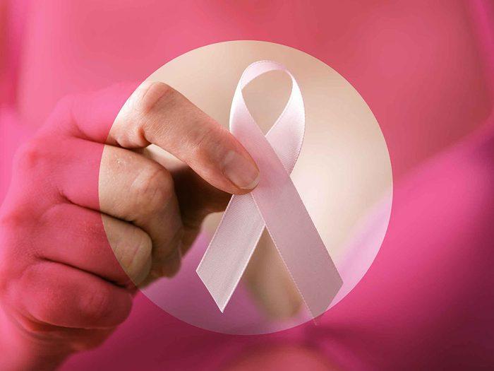 Une douleur aux seins peut être symptôme d'un cancer du seins.