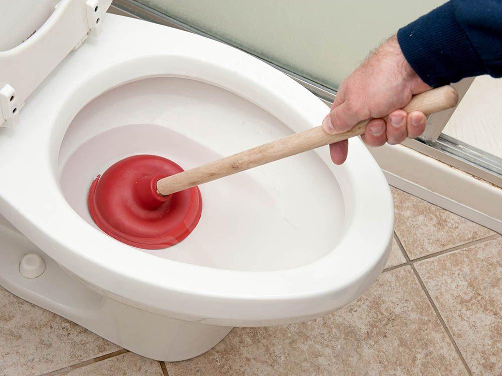 Il est inutile de s'excuser de boucher les toilettes chez vos beaux-parents.