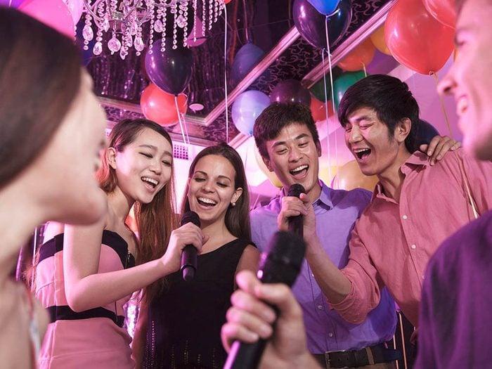 Il est inutile de s'excuser de participer à un karaoké.