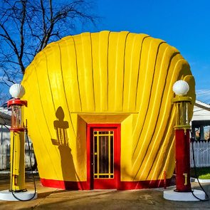 Fait insolite: l n'y a qu'une seule station-service Shell qui a la forme d'une coquille.