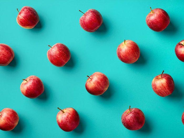 Fruits et légumes frais: trempez les pommes dans de l'eau salée.