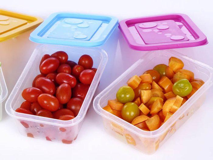 Évitez le gaspillage alimentaire en organisant votre frigo.