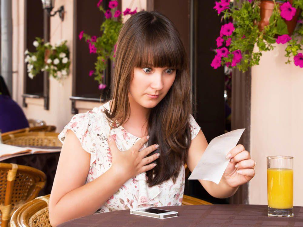 Gaspillage alimentaire: évitez de trop dépenser au restaurant et mangez ce que vous avez à la maison.
