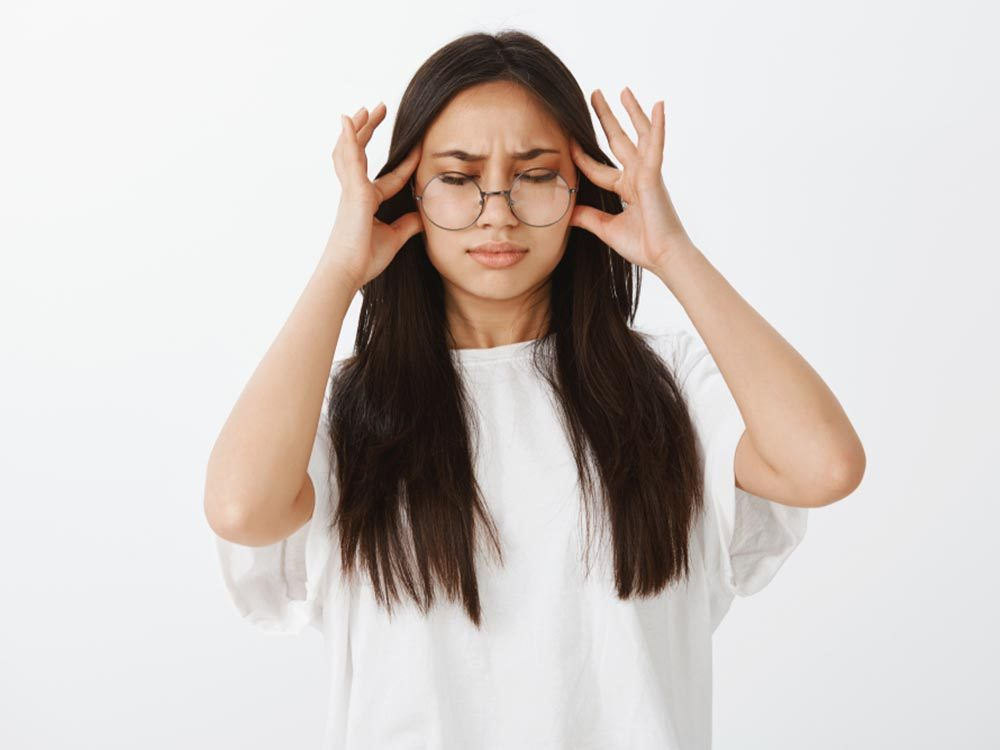 L'hypoglycémie peut se manifester par des maux de têtes.