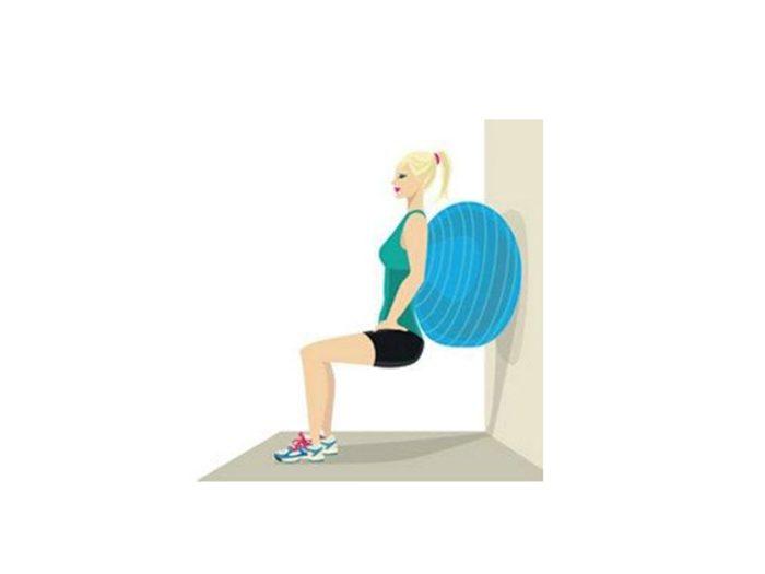 Exercices avec le ballon: le Ballon Suisse pour raffermir.