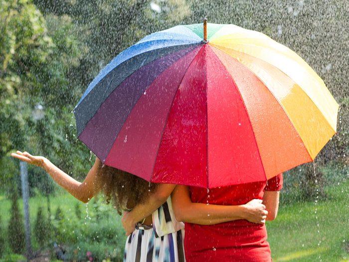 Le présentateur météo annonce plus souvent les risques de pluie que les chances de beau temps.