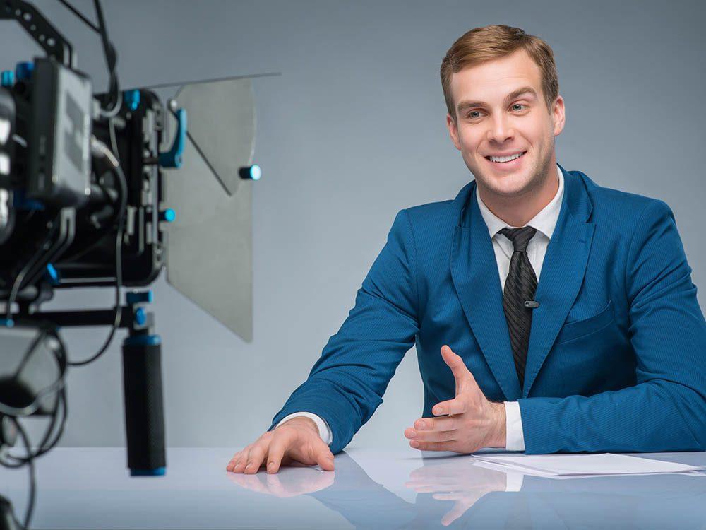 Le présentateur météo est souvent seul en studio.
