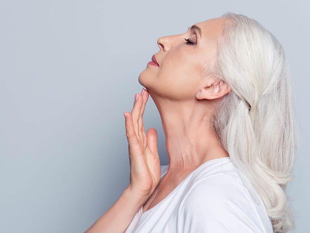 Pour avoir une peau saine: considérez votre cou comme le prolongement de votre visage.
