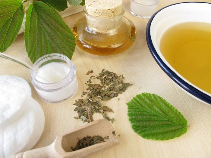 Pour avoir une peau saine: utilisez un mélange de sauge, menthe poivrée et hamamélis